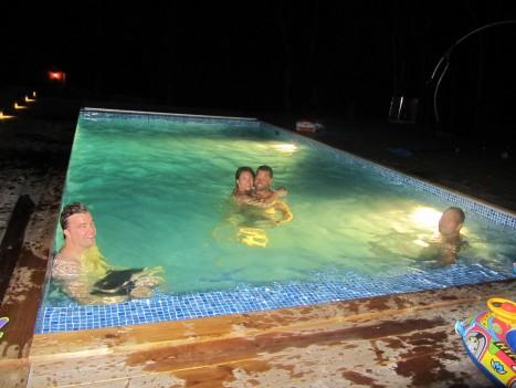 När alla barnen hade somnat och all god mat var uppäten tog vi oss ett dopp i havet och efter det hoppade vi i poolen.