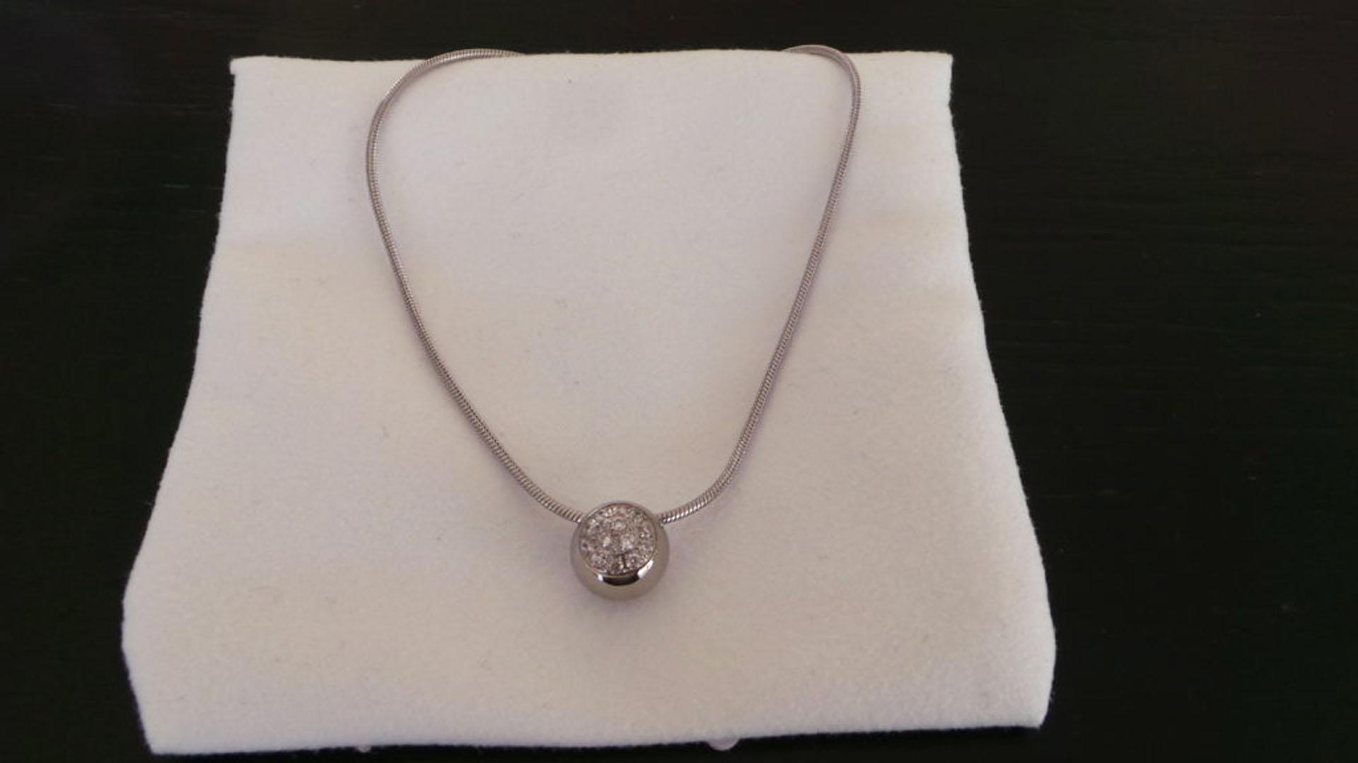 4 e pris ett fint halsband med en glittrande cubic zirkon-klädd kula. ea222d6af2886